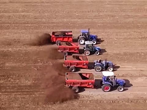 电视台专题报导:北源机械撒粪车撒施有机肥
